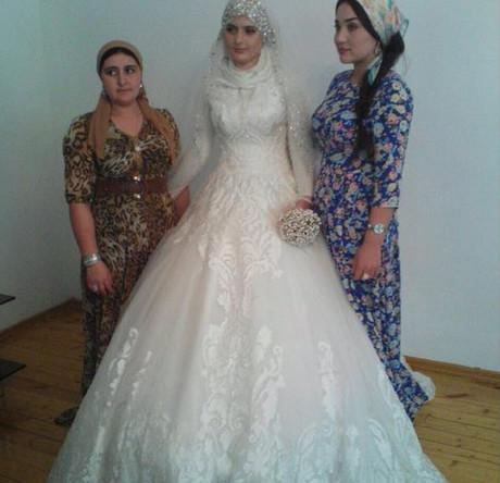 62f6b8b4424e2d1 Чеченский глава Рамзан Кадыров возмущен открытыми нарядами современных  невест и намерен запретить в Чечне продажу открытых свадебных платьев в  европейском ...