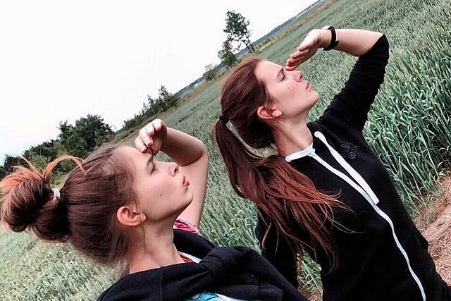 Две девочки делают минет