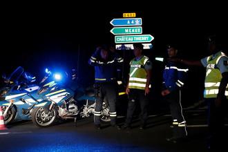 Блокпост французской полиции на дороге рядом с коммуной Сет-Сор, где автомобиль въехал в террасу придорожного кафе, 14 августа 2017 года