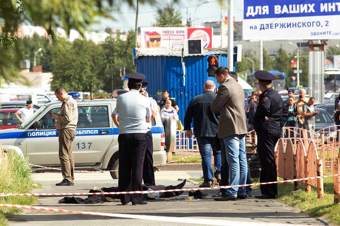 Сотрудники правоохранительных органов работают в центре города Сургута на месте, где неизвестный мужчина напал с ножом на людей и ранил несколько человек