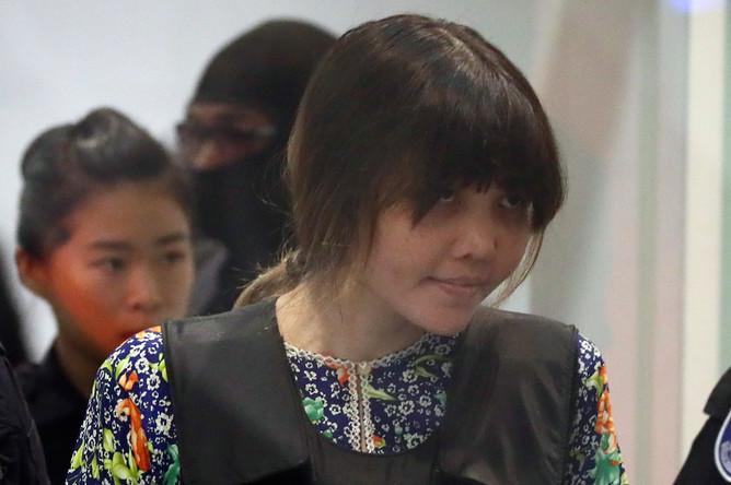 Подозреваемая в убийстве Ким Чон Нама гражданка Вьетнама Доан Тхи Хуонг с полицейским сопровождением во время следственных действий в аэропорту Куала-Лумпура, 24 октября 2017 года
