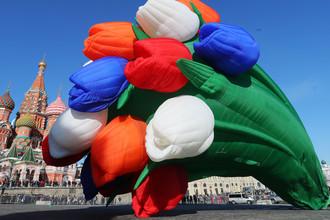 Воздушный шар в виде букета тюльпанов в честь Международного женского дня на Васильевском спуске в Москве, 8 марта 2018 года