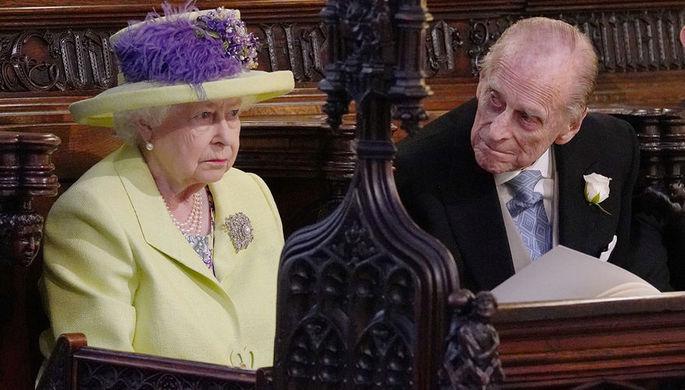 Королева Елизавета II и принц Филипп на свадебной церемонии в часовне Святого Георгия в Виндзорском...