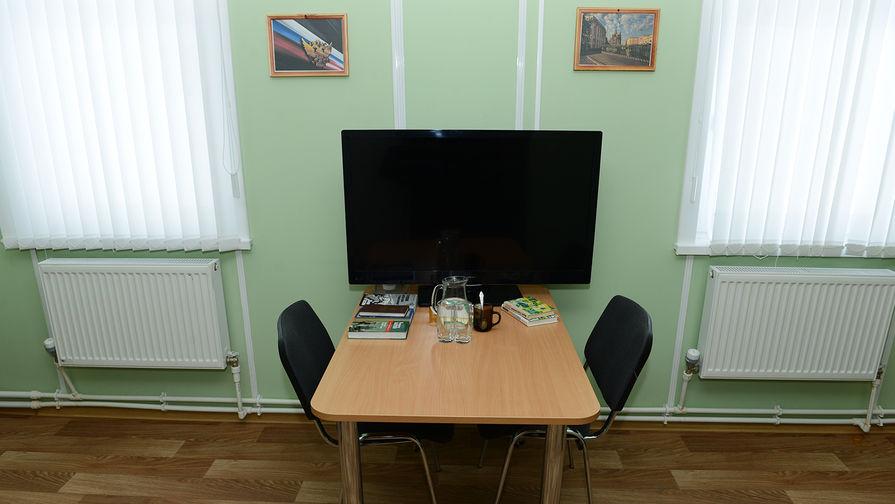Между кроватями – столик с телевизором и чайными принадлежностями
