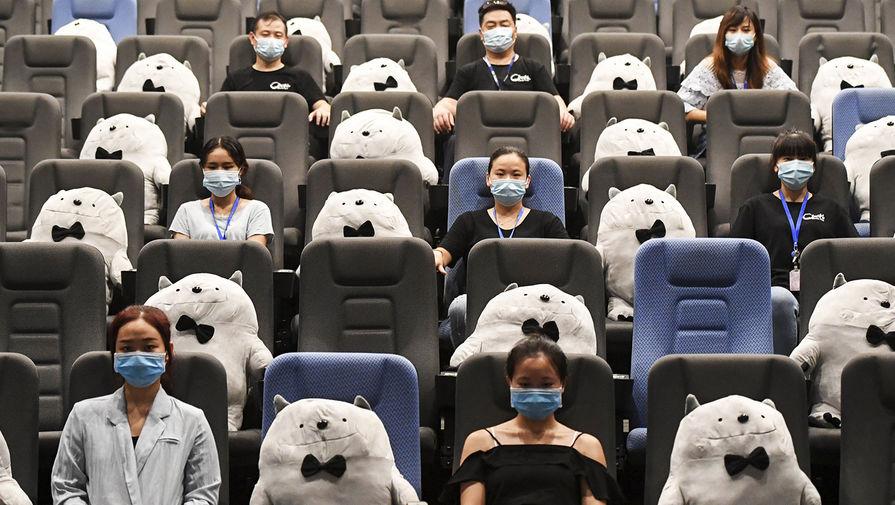 Жители китайского города Чанша в одном из кинотеатров, 20 июля 2020 года