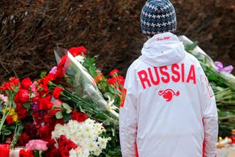 Цветы у посольства Франции в Москве в память о погибших в результате серии террористических атак в Париже