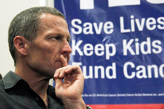 Лэнс Армстронг. Сильнейший велогонщик планеты, семикратный победитель Tour de France, живая легенда также стал жертвой рака. Запущенный рак яичек с множественными метастазами по всем органам диагностировали Армстронгу в 1996 году. Однако волевой спортсмен не сдался и согласился на рискованный метод лечения с возможным побочным действием. Шансов выжить практически не было, но он победил. Велогонщик создал фонд Лэнса Армстронга для помощи больным раком и решил пропагандировать борьбу с этой болезнью, вновь сев на велосипед.