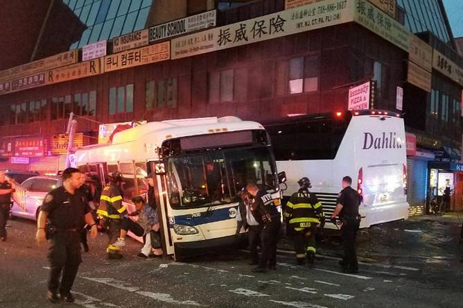 На месте столкновения двух автобусов в Нью-Йорке, 18 сентября 2017 года