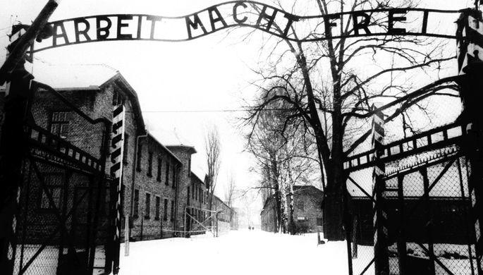 Все три комплекса лагерей строились силами их будущих заключенных. Над воротами лагеря располагалась чугунная надпись: «Arbeit macht frei» («Труд освобождает»)