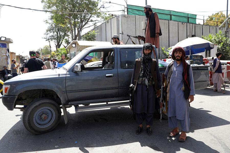 Излюбленный транспорт талибов (организация запрещена в России)* еще с1990-х годов – пикапы Toyota Hilux, славящиеся своей надежностью и безотказностью