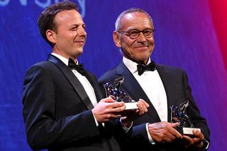 Амат Эскаланте и Андрей Кончаловский (справа), получившие «Серебряного льва» Венецианского кинофестиваля за лучшую режиссуру