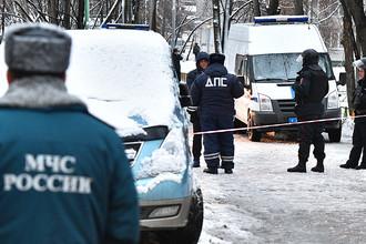 Сотрудники правоохранительных органов и экстренных служб на Ельнинской улице на западе Москвы, 27 декабря 2016 года