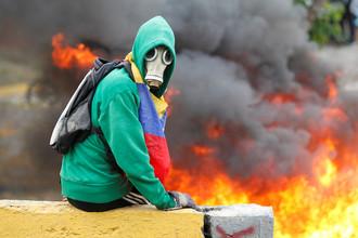 Протестующий во время акции против президента Венесуэлы Николаса Мадуро в Каракасе, 24 апреля 2017 года