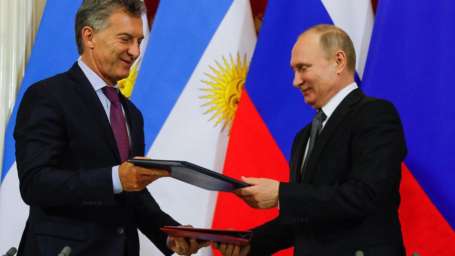 Президент Аргентины Маурисио Макри и президент России Владимир Путин во время церемонии подписания...