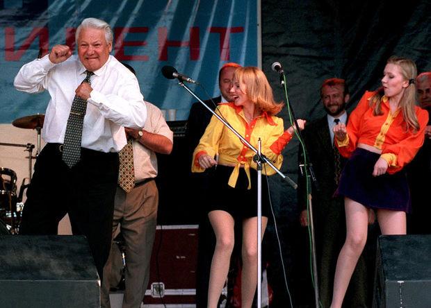 Президент России Борис Ельцин во время танца на концерте в Ростове-на-Дону, 10 июня 1996 года.<br><br>Фотограф агентства Associated Press Александр Земляниченко получил за этот снимок Пулицеровскую премию