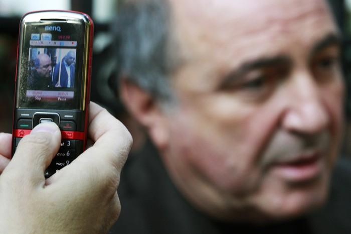 2010. Борис Березовский во время пикета уздания посольства России вЛондоне.