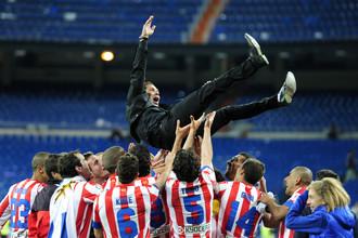 Игроки «Атлетико» качают Диего Симеоне после победы над «Реалом» в финале Кубка Испании