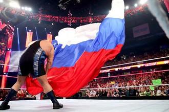 Биг Шоу сбрасывает российский флаг во время Monday Night Raw