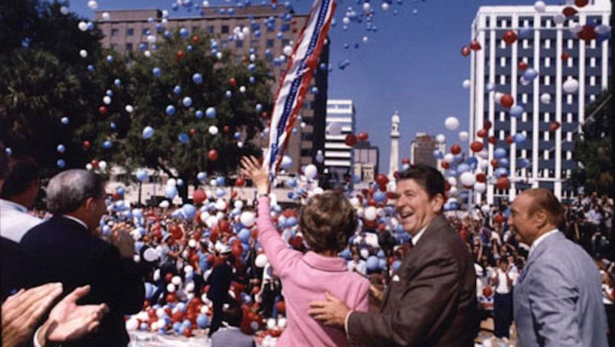 В 1966 году Рейган одержал победу на выборах губернатора Калифорнии. Этот пост он занимал по январь 1975 года. На фото: Рональд и Нэнси Рейган во время кампании в Южной Каролине, 1980 год