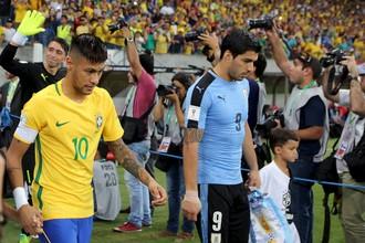 Луис Суарес (справа) вывел Уругвай с капитанской повязкой в матче против Бразилии, капитаном которой является его одноклубник Неймар