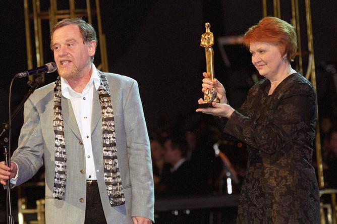 Хормейстер Наталья Попович во время получения премии за лучшее музыкальное решение на церемонии вручения Российской оперной премии Casta Diva в Москве, 2003 год