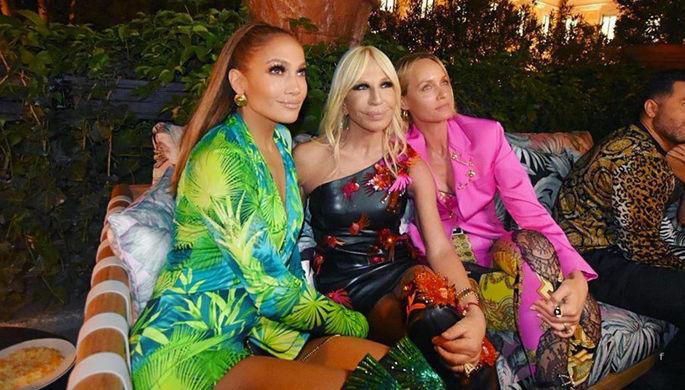 Дженнифер Лопес в платье Jungle Print (слева) и Донателла Версаче (в центре), 2019 год