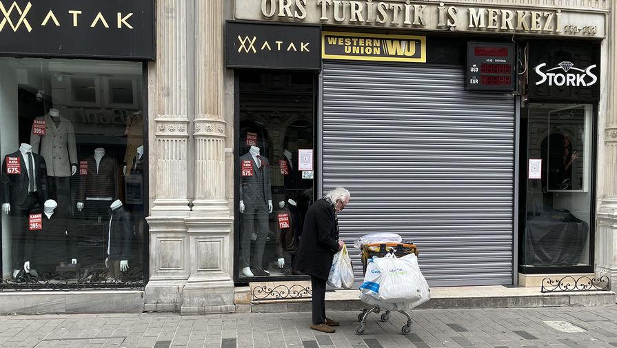 Мужчина возле закрытого магазина в Стамбуле, 18 апреля 2021 года