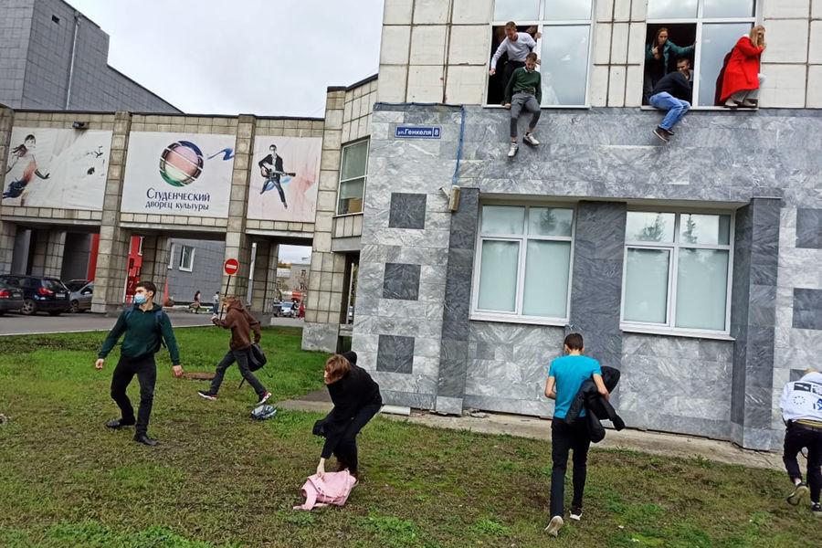 Студенты выпрыгивают изокон Пермского государственного национального исследовательского университета во время стрельбы, 20 сентября 2021 года