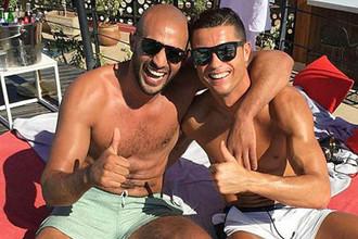 Этим летом Роналду снова выкладывал в свой инстаграм совместную с Хари фотографию с отпуска
