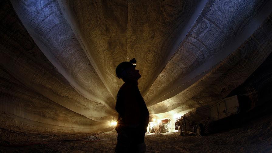 Рабочий в шахте ОАО «Уралкалий», 2013 год