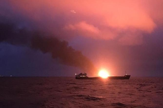 5757503 21.01.2019 Два судна под флагом Танзании горят в районе Керченского пролива. Керчь ФМ