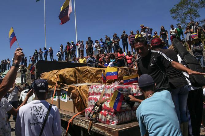 Первый грузовик с гуманитарной помощью Бразилии для Венесуэлы в приграничном бразильском городе Пакарайма, 23 февраля 2019 года