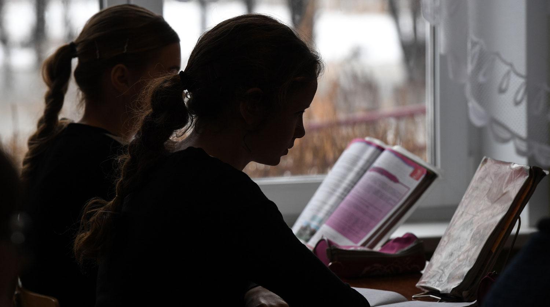 Российских школьников избавят от тяжелых рюкзаков