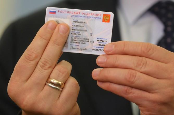 Заместитель председателя правительства РФ Максим Акимов демонстрирует образец электронного паспорта, 17 июля 2019 года