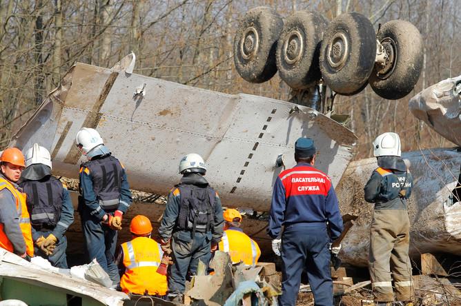 Спасательные службы на месте крушения польского правительственного самолета Ту-154 под Смоленском, апрель 2010 года