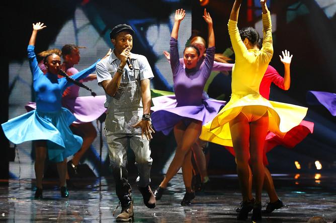 Выступление Фаррелла Уильямса на церемонии вручения музыкальных премий MTV EMA-2015