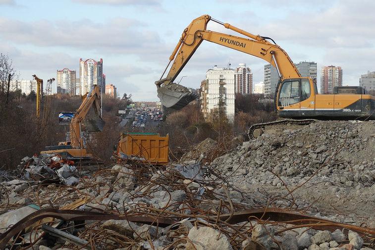 На месте бывшего недостроенного аквапарка на Аминьевском шоссе продолжаются работы по демонтажу конструкций