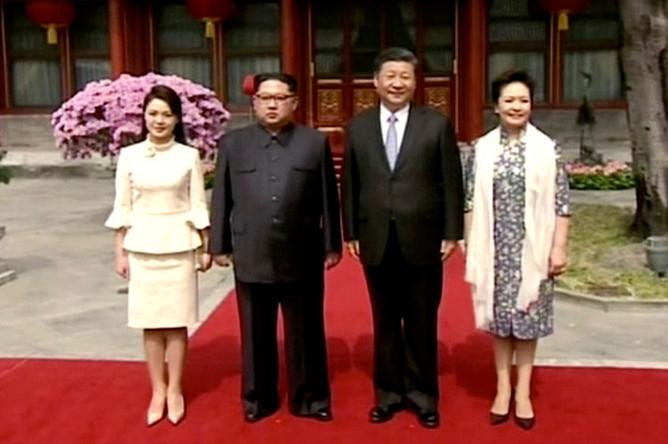 Лидер КНДР Ким Чен Ын с супругой и председатель Китая Си Цзиньпин с женой во время встречи в Пекине, 28 марта 2018 года (кадр из видео)