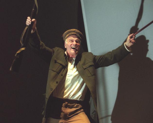Кахи Кавсадзе в роли Уилфрэда Бонда в спектакле «Квартет» во время предпремьерного показа в Центре оперного пения Галины Вишневской, 2003 год
