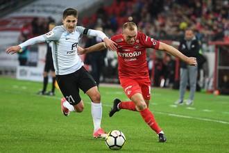 Денис Глушаков (справа) в борьбе с Вагизом Галиулиным во время матча с «Тосно»