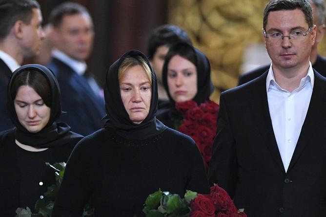 Вдова Юрия Лужкова Елена Батурина и дочери Елена и Ольга во время церемонии прощания с бывшим мэром Москвы в храме Христа Спасителя, 12 декабря 2019 года