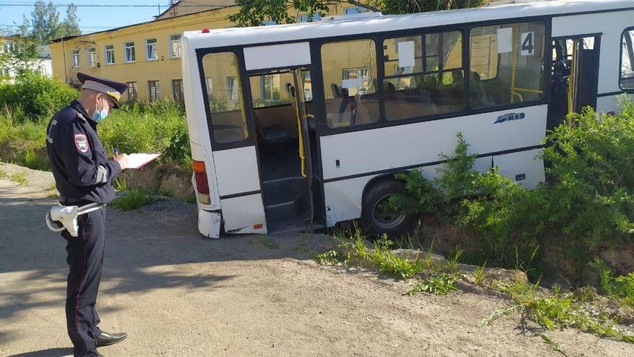 Последствия ДТП с автобусом в городе Лесном Свердловской области, 10 июня 2021 года