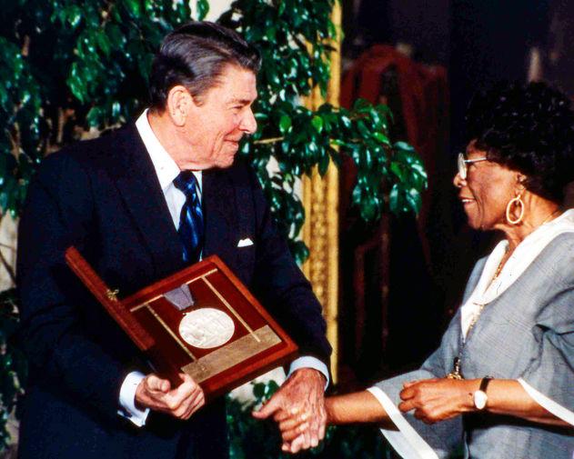 Американский президент Рональд Рейган вручил Национальную медаль США в области искусств Элле Фицджеральд, Белый дом, Вашингтон, 1987 год