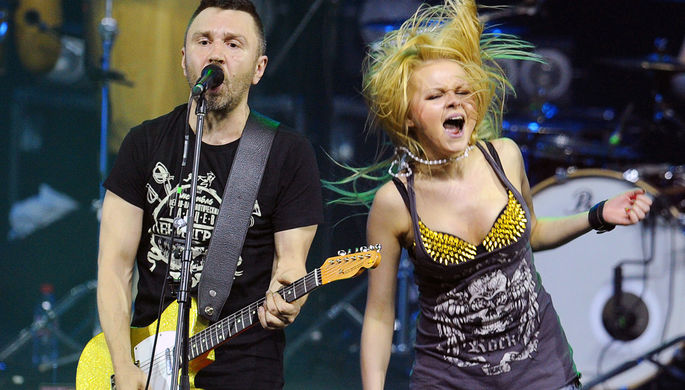 Солист группы «Ленинград» Сергей Шнуров и певица Алиса Вокс во время выступления, 2013 год