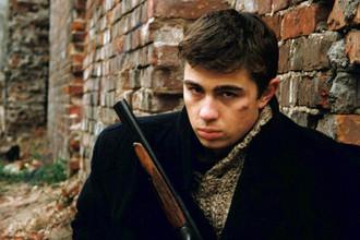 Кадр из фильма «Брат» (1997) Алексея Балабанова с Сергеем Бодровым в главной роли