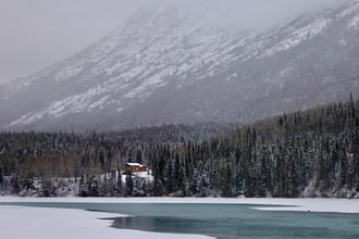 Дом возле горы на Аляске