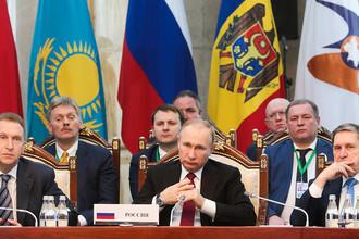 Президент Владимир Путин и российская делегация на заседании Высшего Евразийского экономического совета в Бишкеке, 14 апреля 2017 года