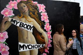 Граффити «Мое тело — мой выбор» в Дублине перед референдумом по вопросу легализации абортов в Ирландии, май 2018 года