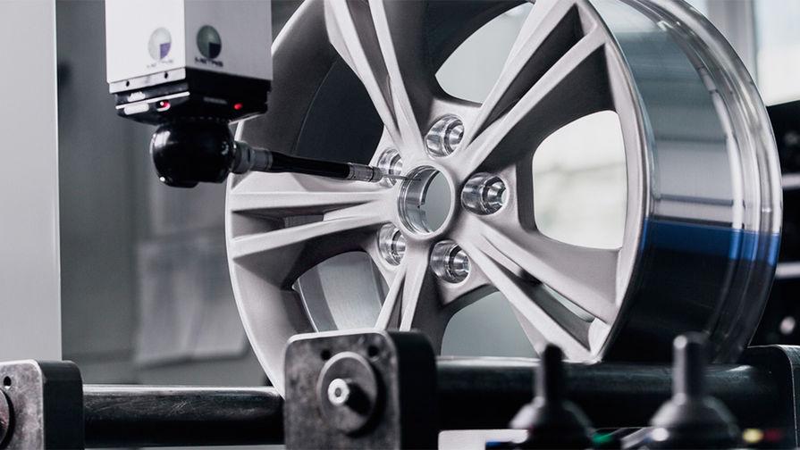 Но уровень потребления алюминия в российском автопроме до сих пор существенно ниже, чем в зарубежном: у нас из него делают в основном литье и колесные диски. Отечественные производители алюминиевых дисков для легковых автомобилей поставляют свою продукцию не только в Россию, но и за рубеж, в том числе таким компаниям, как Ford Motor Company, Alcar, Momo Srl.