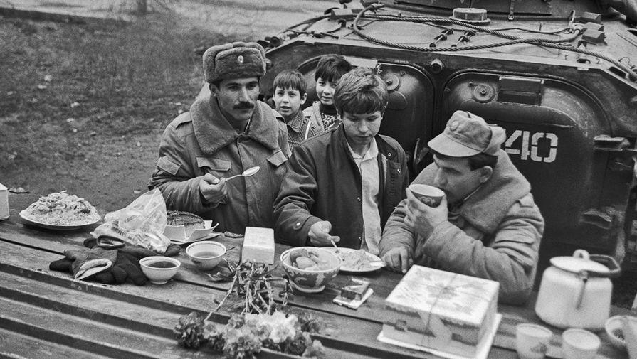 Советские солдаты, находящихся в республике для поддержания порядка, Душанбе, 23 февраля 1990 года